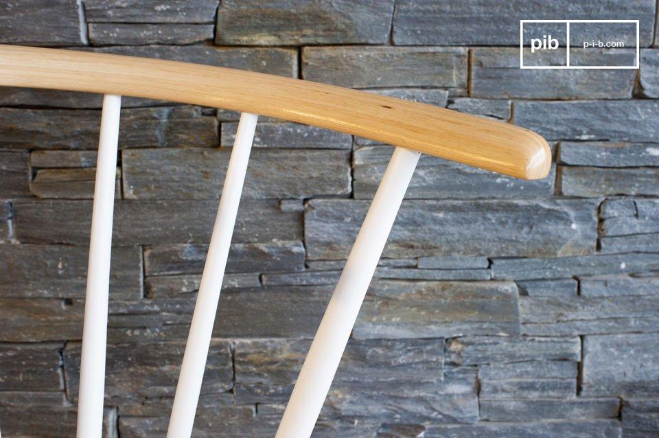 De bovenkant van de rugleuning is gemaakt van licht klassiek hout