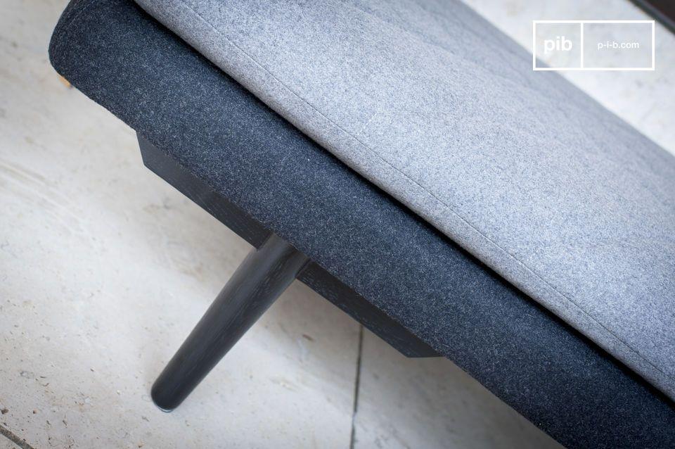 De grijze wollen stof in deze minimalistische stijl geeft deze ligstoel een schone