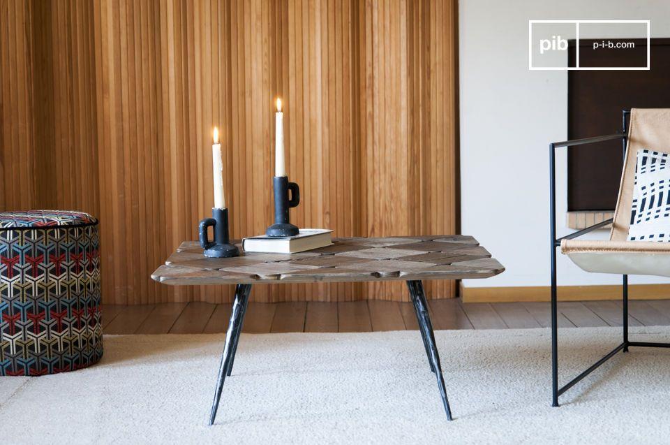 Deze ongebruikelijke salontafel met zijn smalle afgeschuinde poten brengt stijl en lichtheid in een