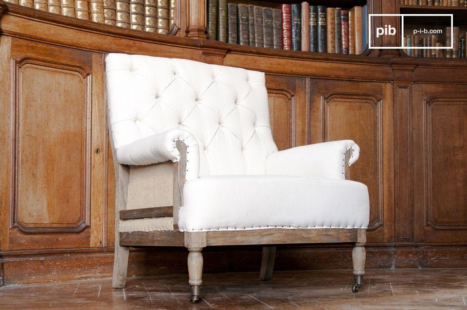 De houten frame van de stoel heeft een gepatineerde afwerking en dit benadrukt het vintage karakter