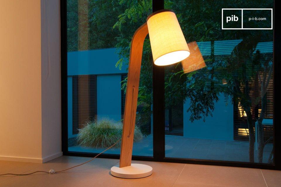 De eenvoudige schoonheid van een licht gebogen massief houten lamp