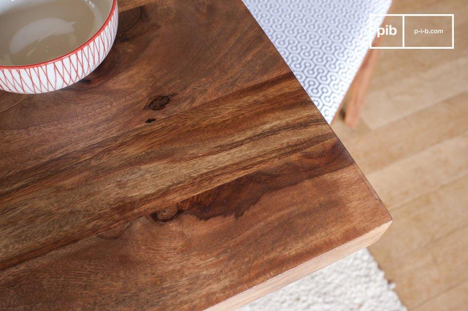 De Mabillon eettafel geeft een sobere indruk met het discrete metalen frame dat doet denken aan een