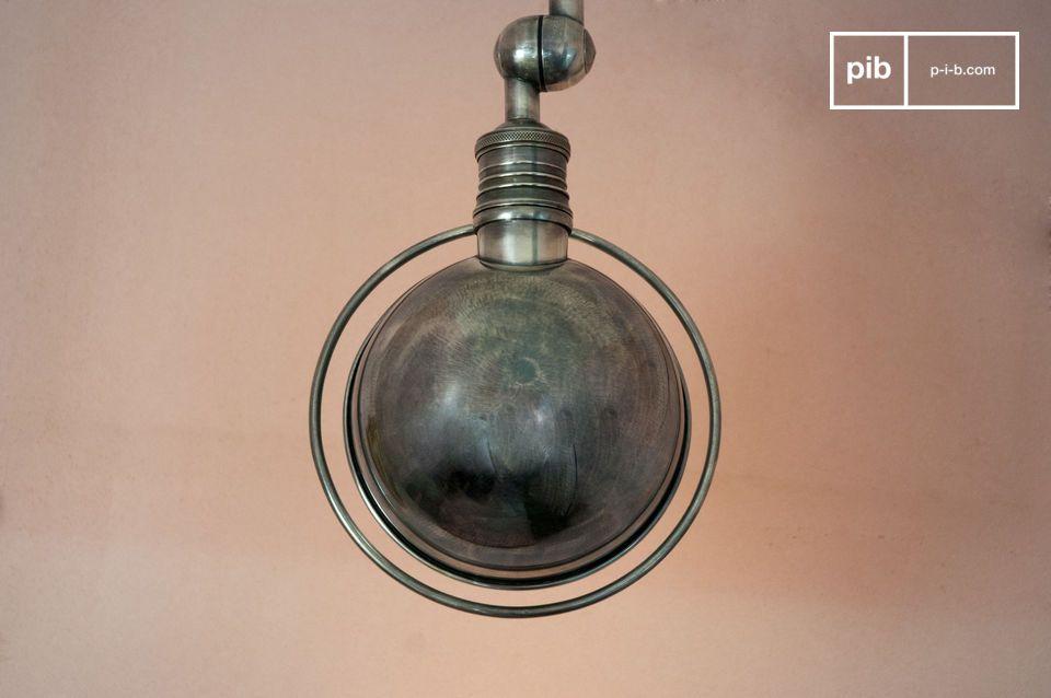Een vintage industriële stijl komt naar voren door deze industriele wandlamp met zijn scharnier