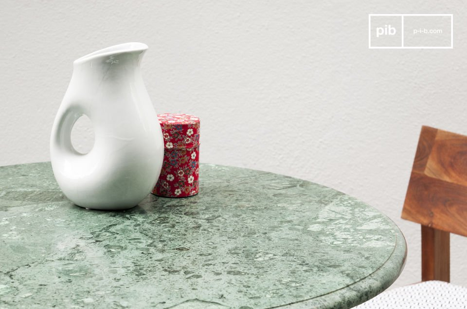 Het tafelblad is gemaakt van prachtig marmer die verschillende tonen groen in elkaaar versmolten