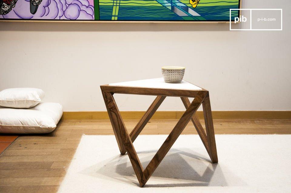 Je zult houden van de Marmori driehoekige bijzettafel met zijn Scandinavische retro design en grafische lijnen