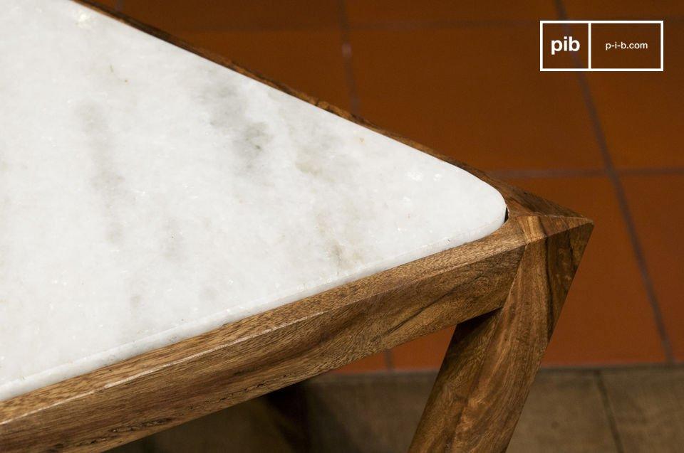 Het contrast tussen het witte marmer van de voet en het donkere hout van het tafelblad is erg