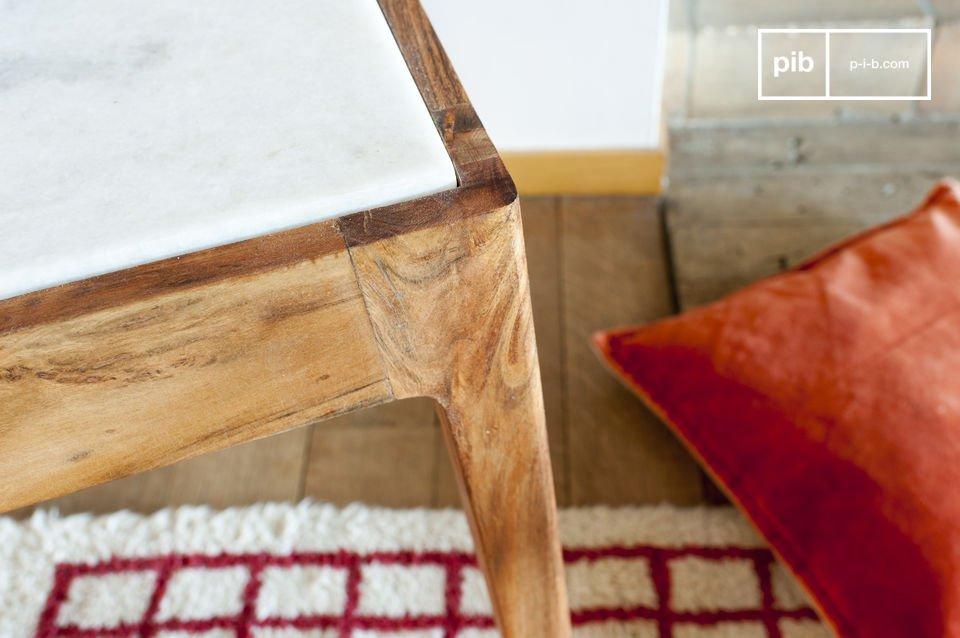 Het contrast tussen het witte marmer van het tafelblad en het donkere hout van de poten is erg