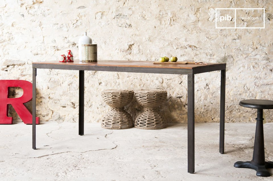 De Masaï tafel is een meubelstuk waarvan de structuur en materialen je doen denken aan de eenvoudige schoonheid van oude industriële meubels