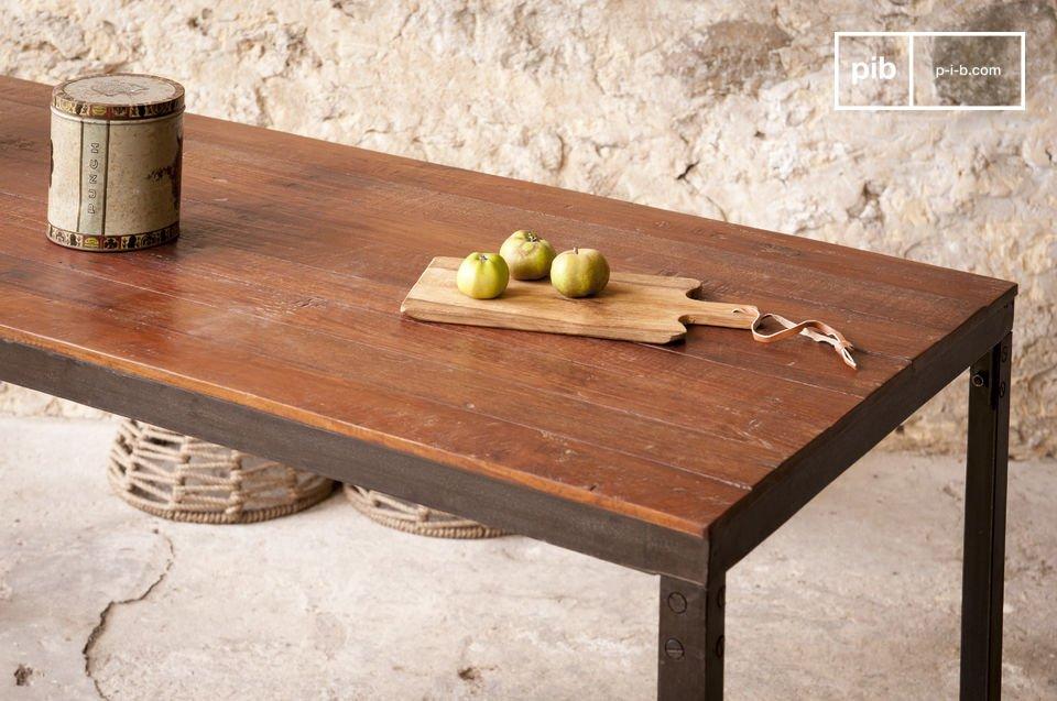 Het tafelblad is volledig gemaakt van oud gelakt hout met een lichte textuur die de industriële stijl verbindt met elegantie