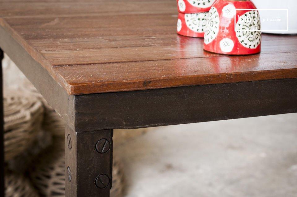 De 150 centimeter lange en relatief dunne tafelblad rust op een metalen frame die de tafel robuustheid en stabiliteit geeft