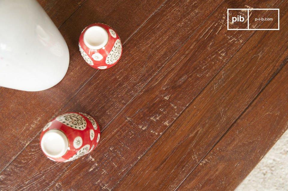 Het originele karakter van deze tafel komt uit de fijne structuur en combinatie van hout en metaal