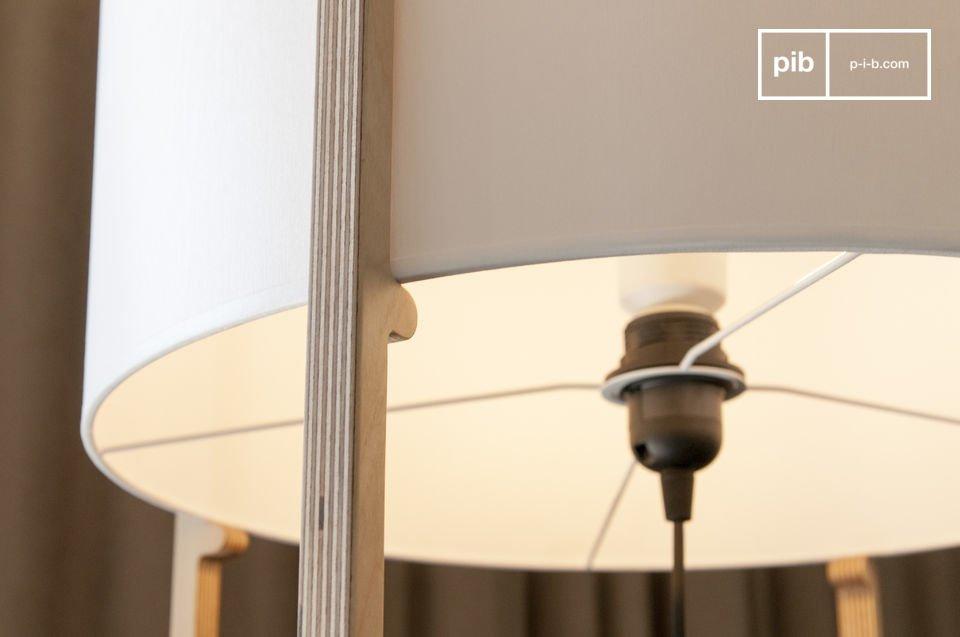Met een fijne houten structuur die de lampenkap ondersteunt en doet denken aan de eenvoud van