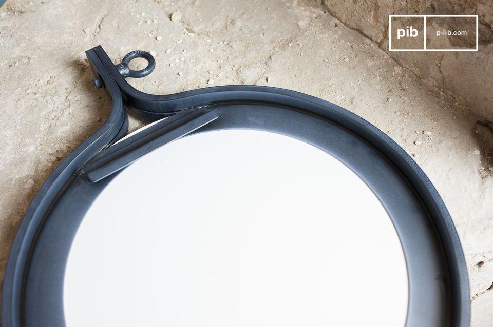 De matka spiegel heeft een diameter van 40 cm en is de frame is gemaakt van donker gelakt staal