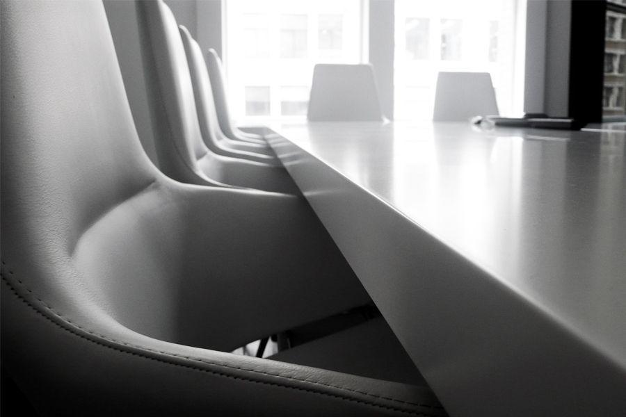 Meetingroom witte lederen zetels