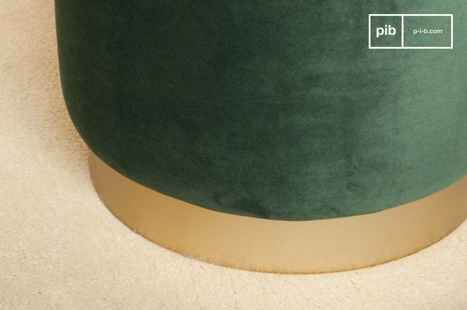 Met zijn ronde lijnen combineert deze poef de zachtheid van fluweel en de elegantie van goud messing
