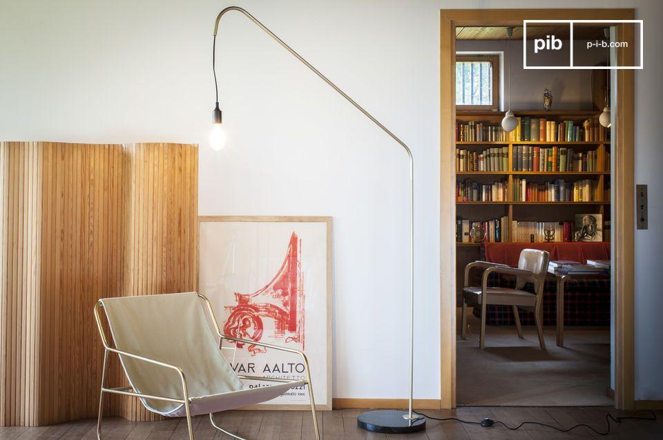 De vintage elegantie van een grafische vloerlamp die marmer en messing combineert