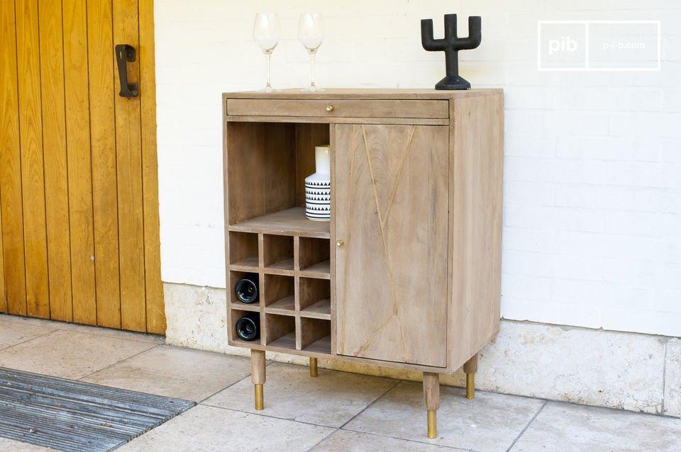 De Messinki flessen kast onder de vintage meubels is dankzij een paar gouden details een zeer