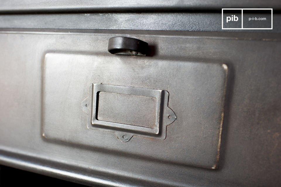 De metalen kast met 5 kleppen is een praktisch opbergmeubel met een typische industriële retro