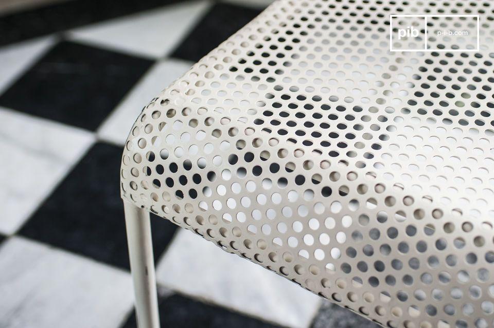 Zijn afgeronde diepe zitvlak aan de voorkant en de licht gebogen rugleuning geven de Métalo stoel