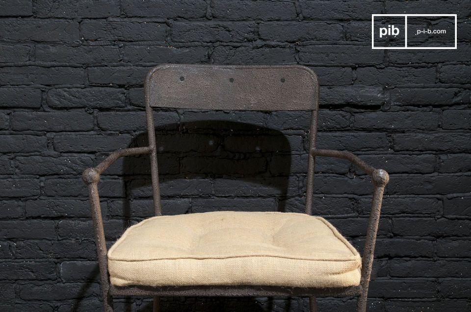 Een stevige metalen stoel met een stijlvolle bruine afwerking, elegant en comfortabel