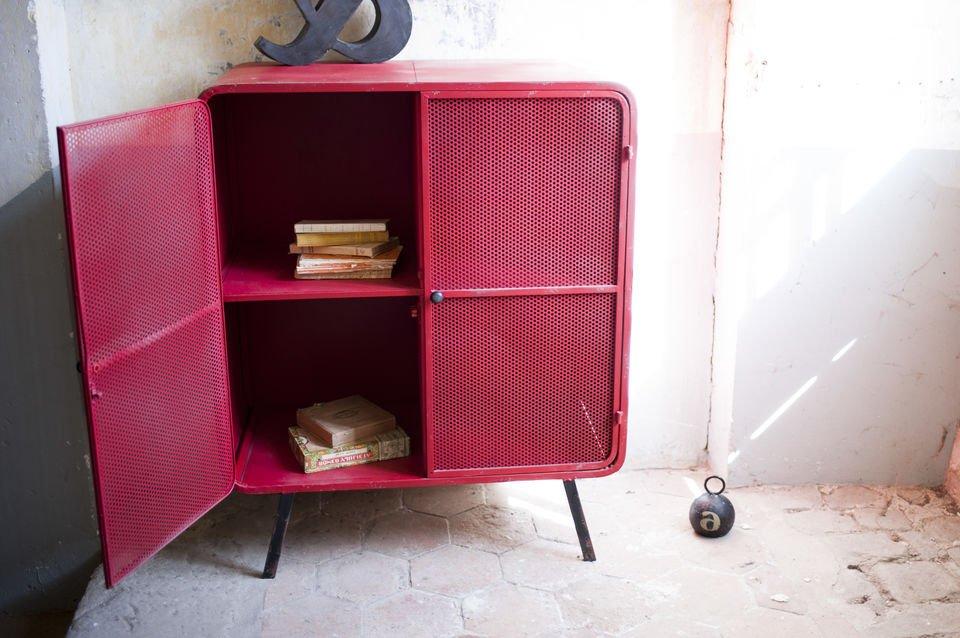 Een geweldig metalen meubelstuk in de stijl van de jaren 50