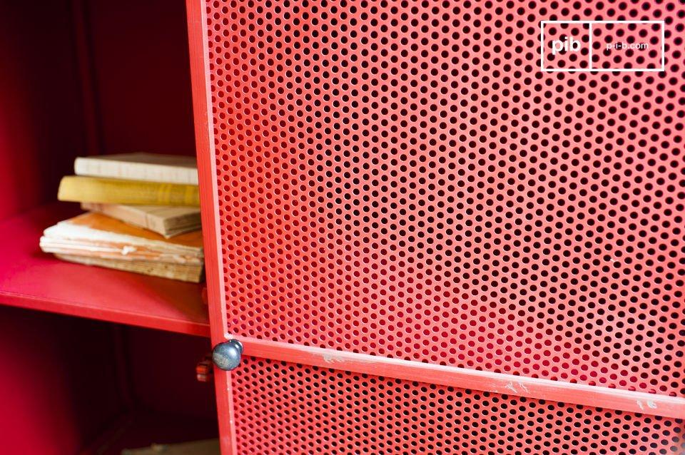 Aan de andere kant vertegenwoordigt deze kast het industriële  design met het gepatineerd metaal en de rooster deuren