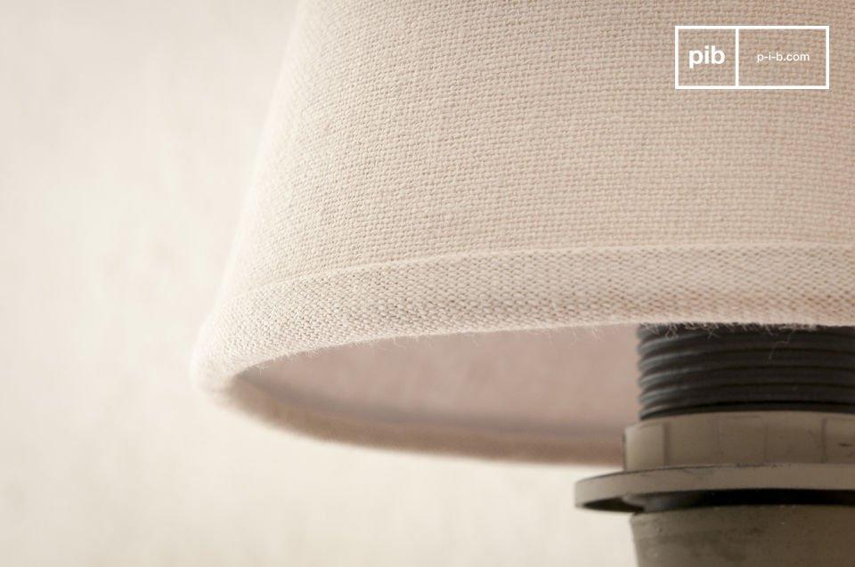 De licht beige kleur van de lampenkap geeft het een simpele en elegante vintage touch