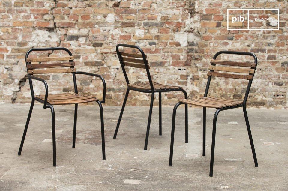 Een robuuste stoel die staal en ruwe hout combineert voor een stijlvol en comfortabel resultaat