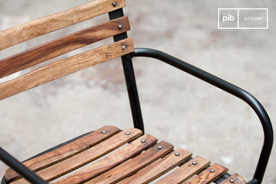 Een robuuste stoel die staal en ruw hout combineert voor een stijlvol en comfortabel resultaat