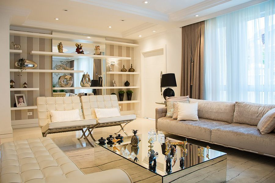 Modern interieur witte lederen stoelen