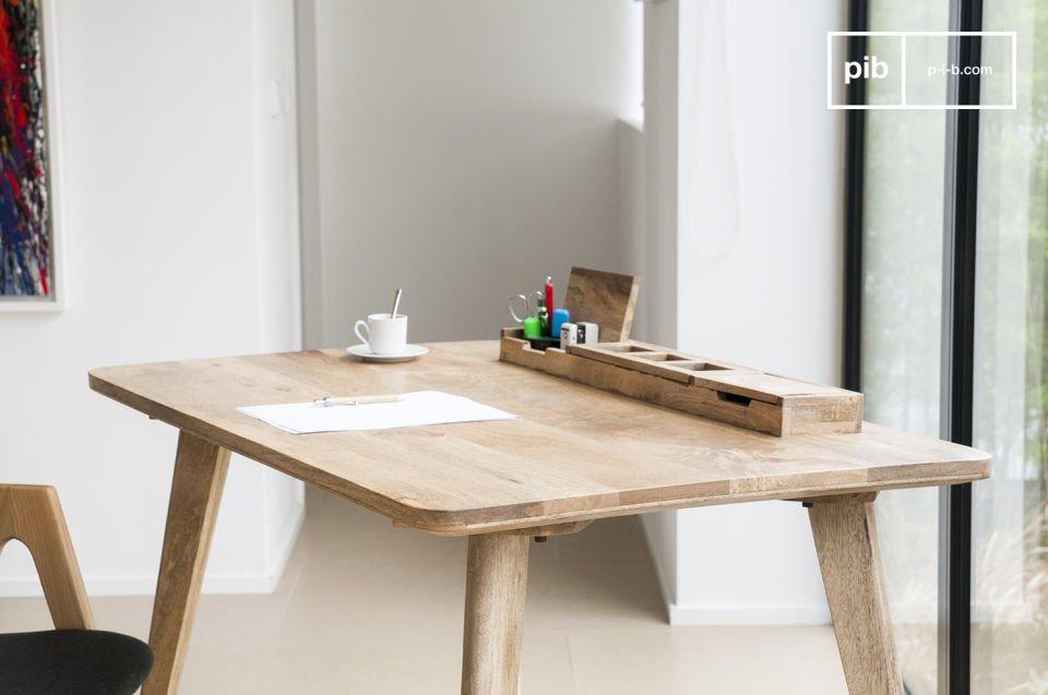 Een typisch meubelstuk uit de jaren \'50 waarvan de tafelpoten schuin lopen naar de hoeken van het tafelblad