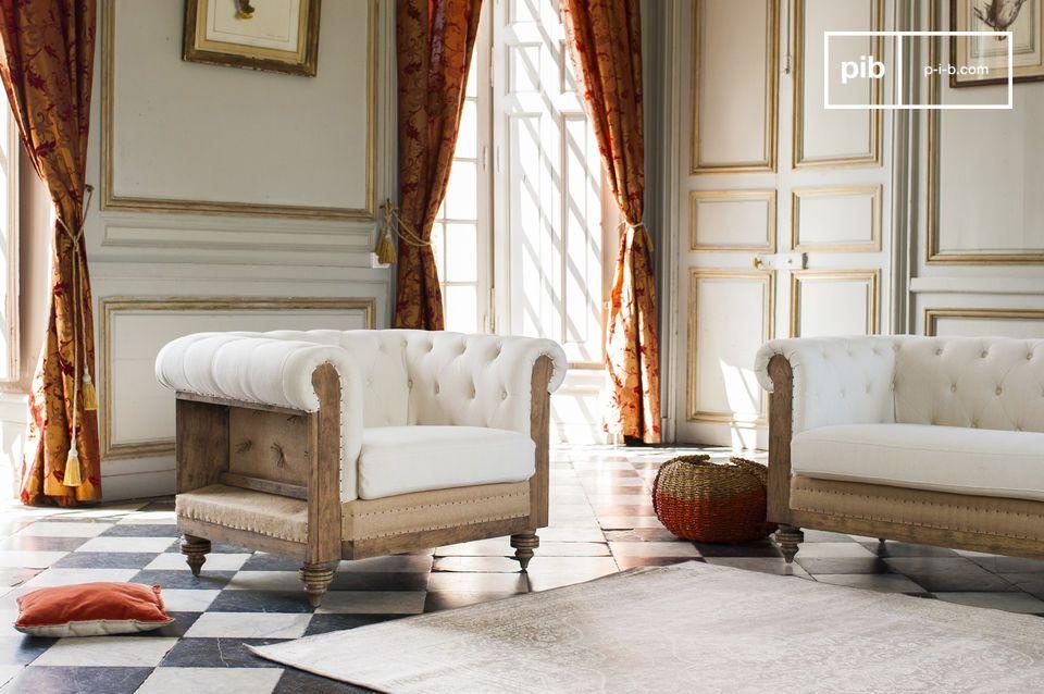 De frame van deze fauteuil is gemaakt van massief hout en heeft een gepatineerde afwerking om de