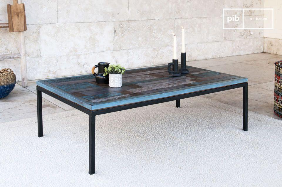 Houten salontafel met een metalen frame