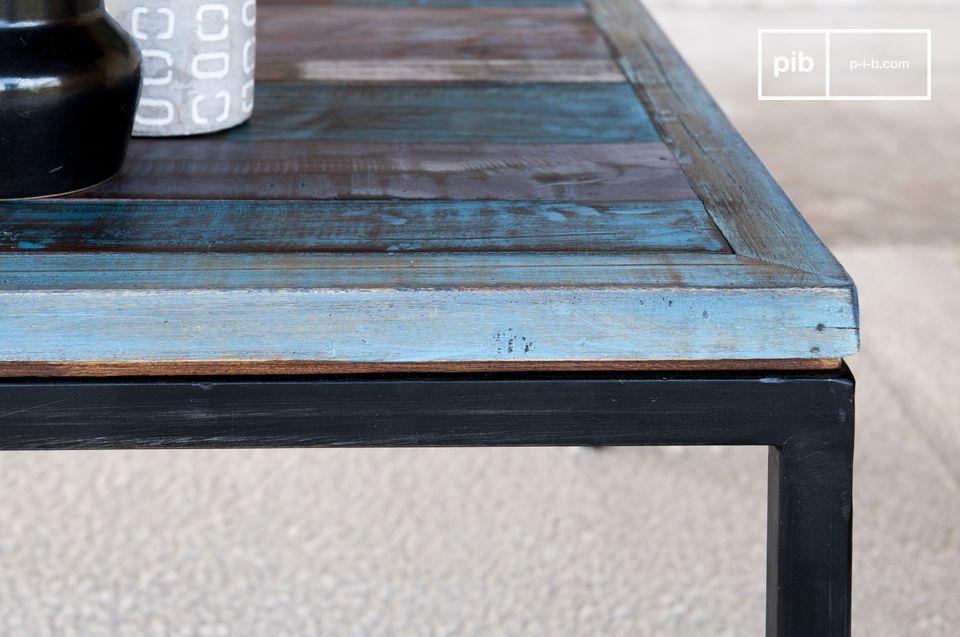 De tafel heeft een gepatineerde afwerking dankzij de meerdere lagen verf en lak die zijn