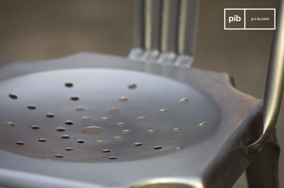 De ruwe metalen afwerking van een legendarische industriële stoel
