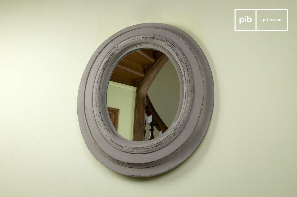 De grote houten retro spiegel voegt diepte toe aan je woonkamer