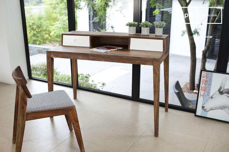 Scandinavisch bureau van hout met een vintage look