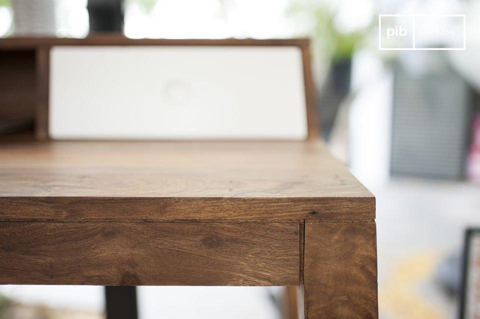 Dit bureau is volledig gemaakt van massief rozenhout