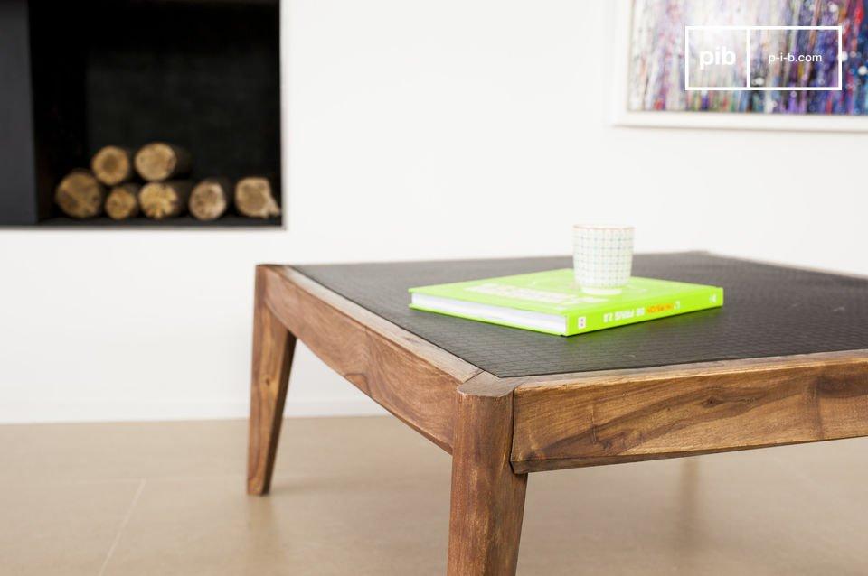 De structuur van de salontafel is gemaakt van stevig hout dat is gelakt in een walnoot kleur