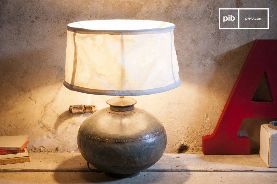 Een oude kruik vormgegeven tot retro lamp