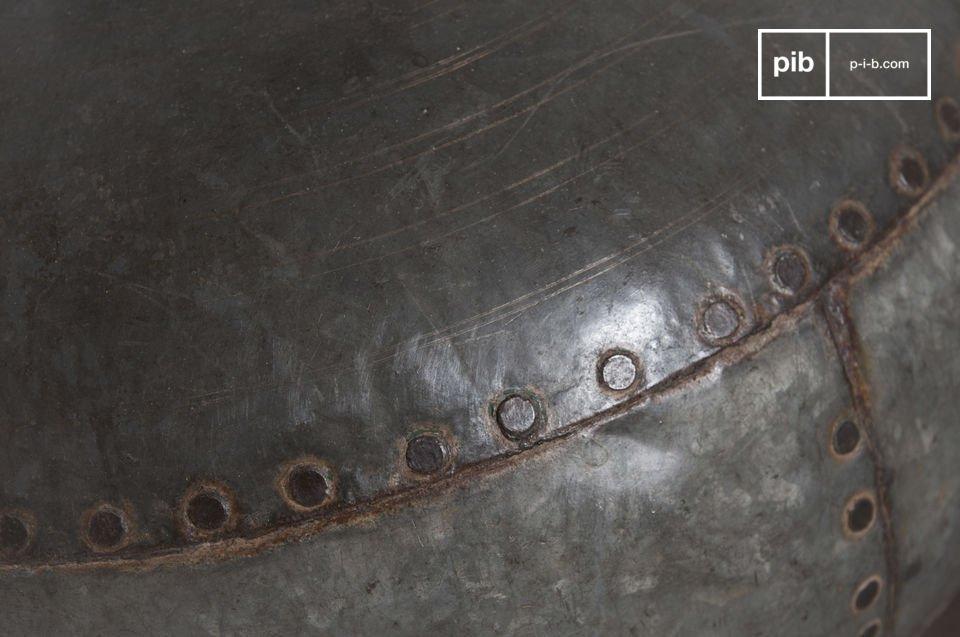 De Nessos tafellamp heeft een ongewoon ontwerp en is geïnspireerd door een oude kruik waardoor het