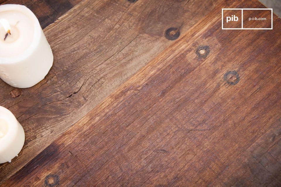 Zijn matzwarte metalen frame en het gerecyclede massief houten blad maken de New Soho salontafel een