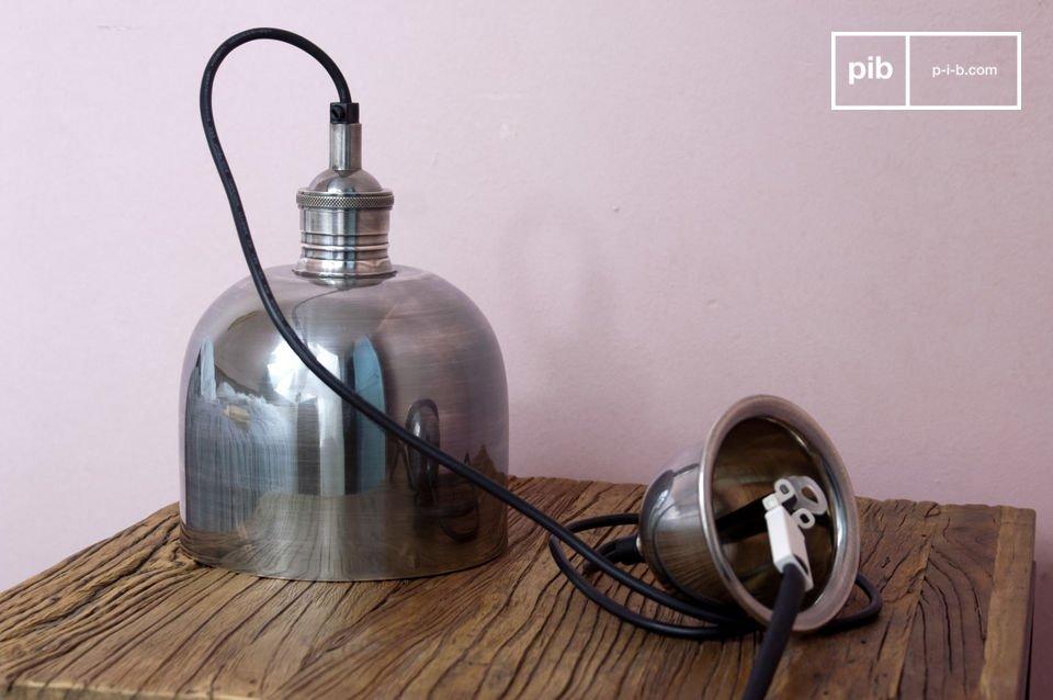 Gemaakt van gelakte nikkel, deze hanglamp heeft een ongewoon formaat die dit object zo uniek maakt