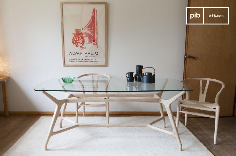 Een vintage Nordic stijl glazen en heldere houten eettafel