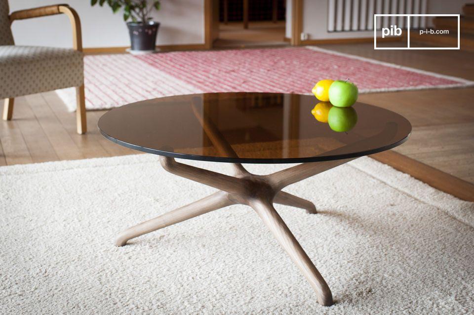 De rondheid van een salontafel in gerookt glas en gesneden hout