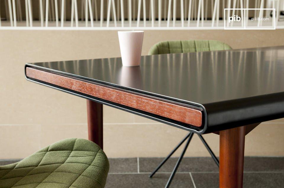 Deze tafel is gemaakt van prachtig hout, de buitenste laag van het tafelblad is matzwart en heeft ronde hoeken