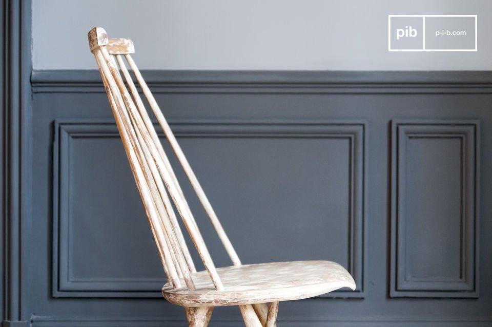 De witte vlekken zijn geïnspireerd op wolken en de stoel is volledig gemaakt van massief