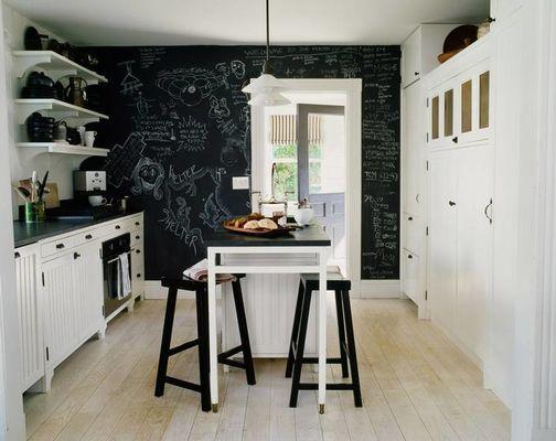 Nordische keuken met stoelen