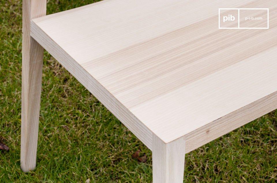 De extra lichte Noten stoelen staan voor het typische Scandinavisch design: minimalistisch