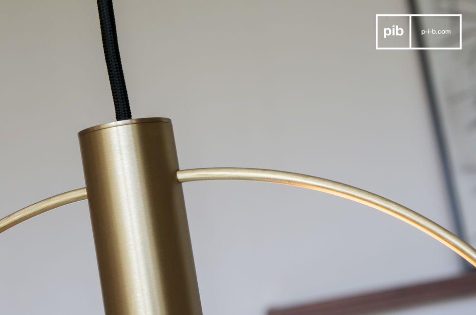 Een grote hanglamp in geborsteld messing